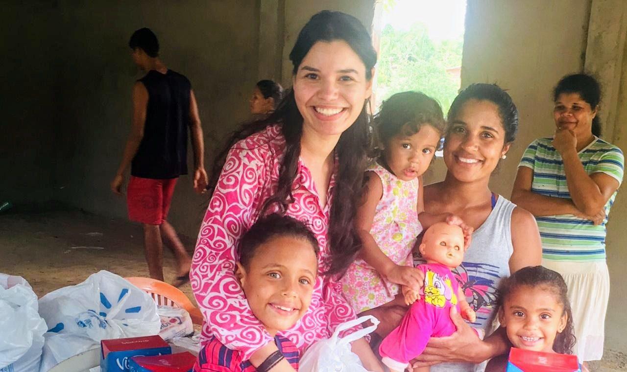305207b020 Locutora comemora aniversário e recebe doações de alimentos para famílias  carentes.