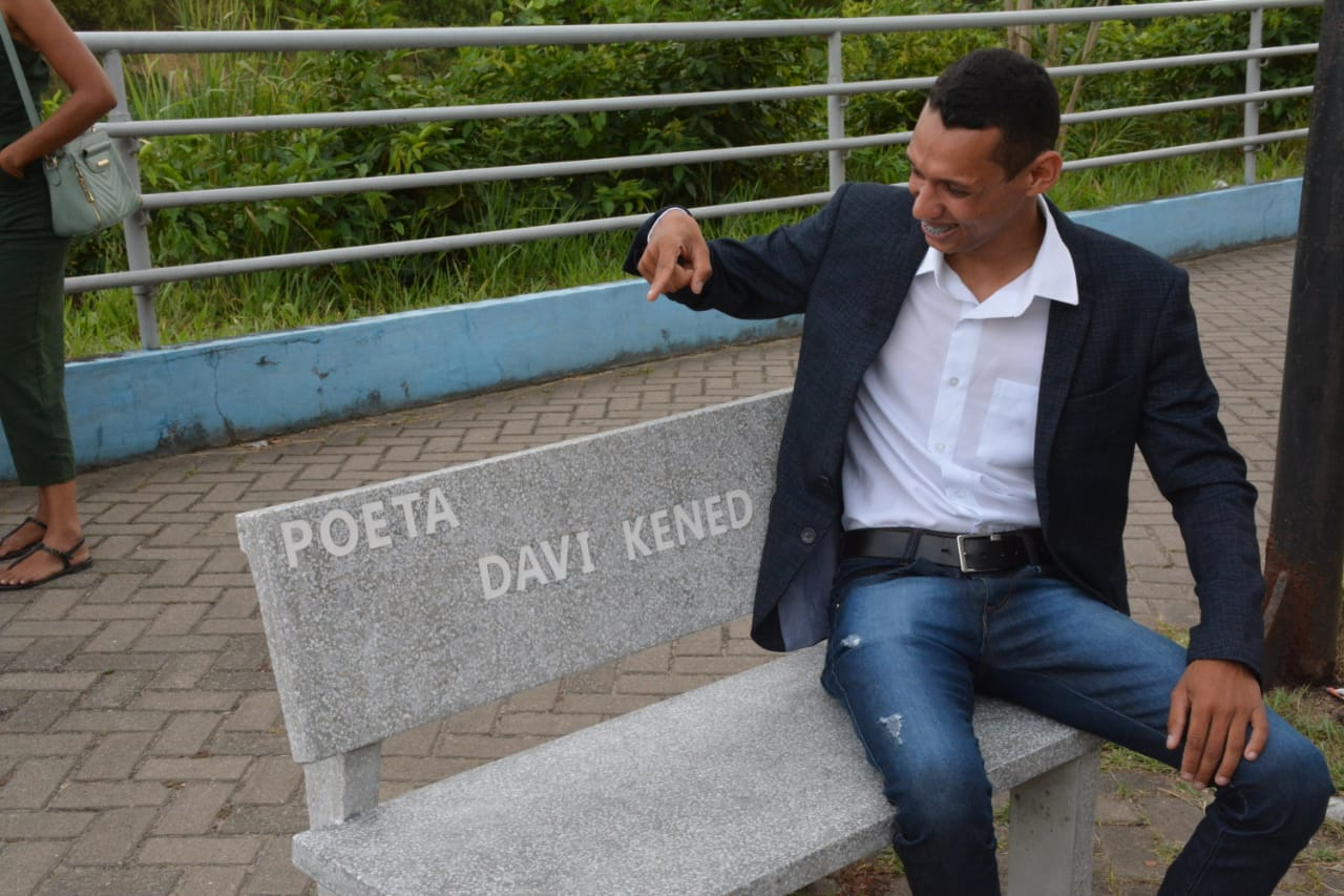 Palmares:Poeta Davi Kened, é homenageado com um Banco na Orla dos Poetas