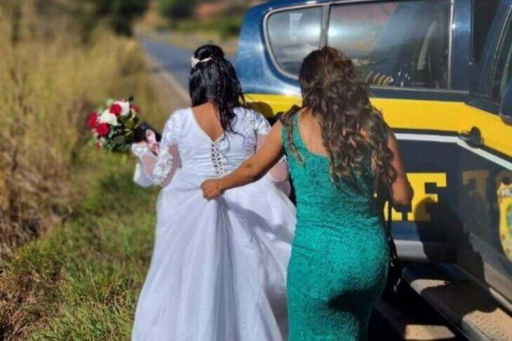 Vídeo: carro quebra e noiva é levada ao cartório pela PRF