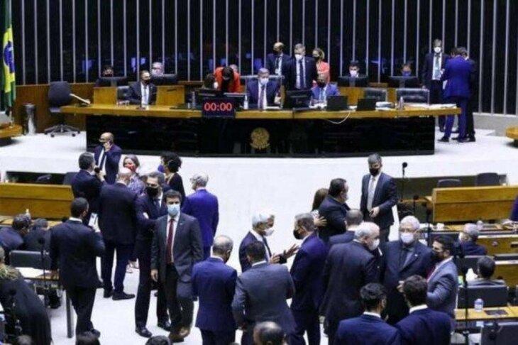 Câmara rejeita 'distritão' e aprova PEC que resgata coligações