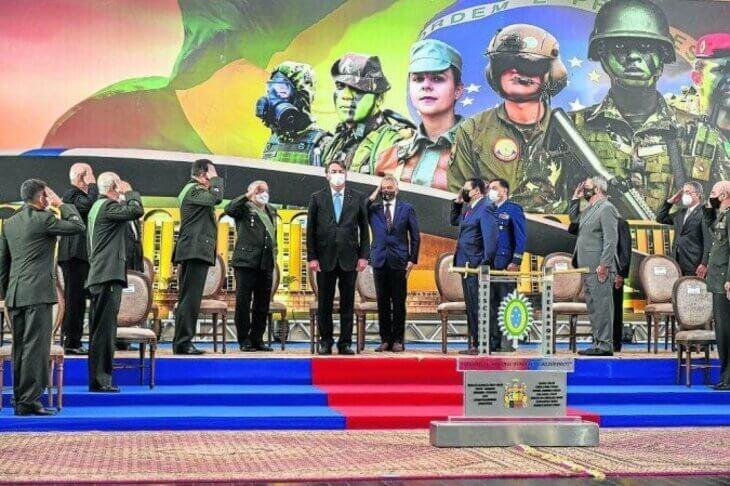 Bolsonaro tenta cooptar Forças Armadas para projeto autoritário