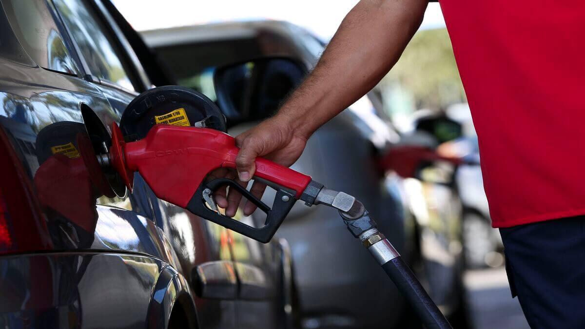 Alvo de Bolsonaro, ICMS não é principal razão da disparada da gasolina