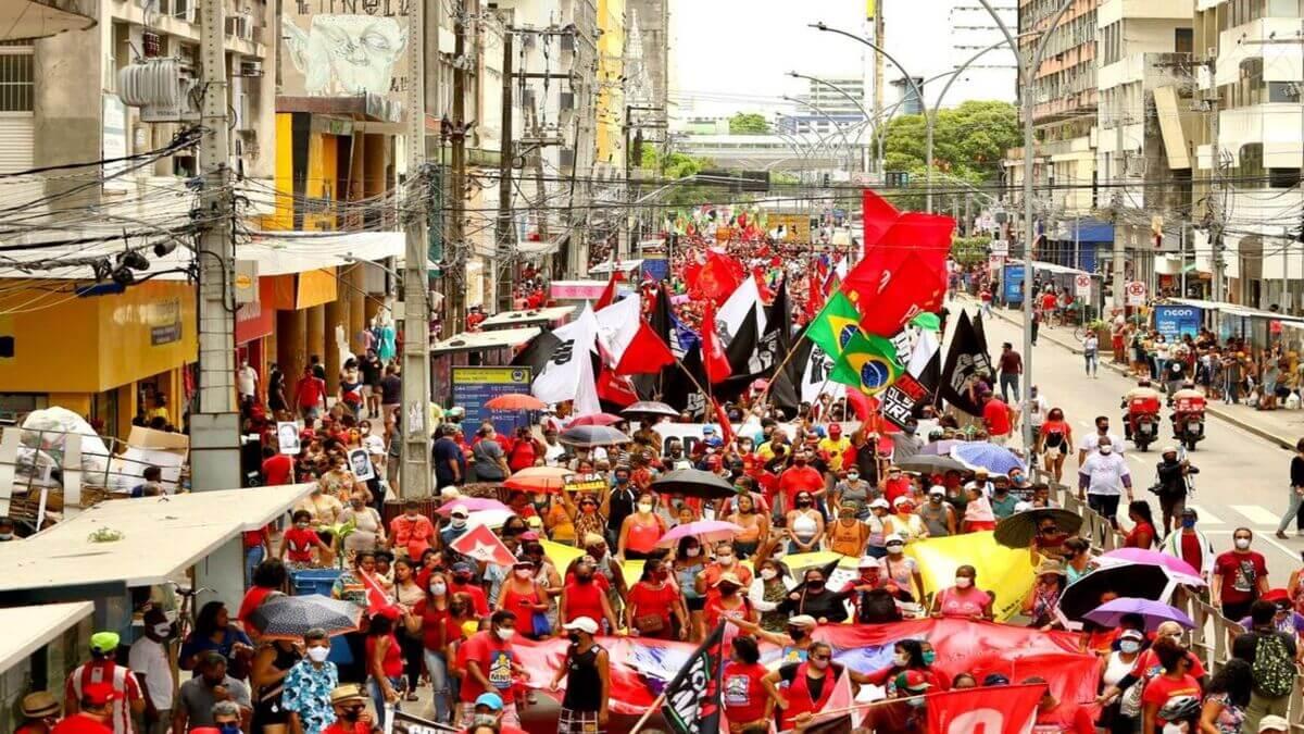 Manifestação contra o governo Bolsonaro aconteceu neste sábado (2), no Centro do Recife
